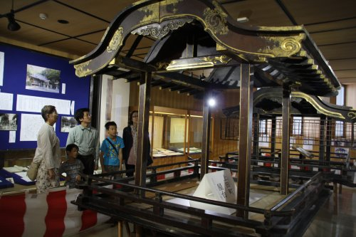6834a7ed1f8bfa 新居関所では7月28日(日)まで江戸時代後期の文化9年(1812年)に作られ、現存する2基の屋台が展示されている。  屋台は「天保の改革」(1841)で差し止め ...